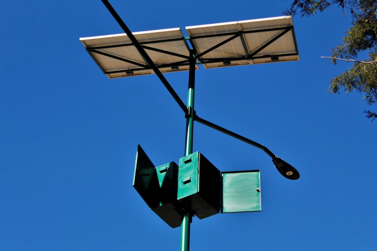 Reportan vecinos robo de más de 10 pilas de lámparas solares del Beatriz Paredes; cada una cuesta $25,000
