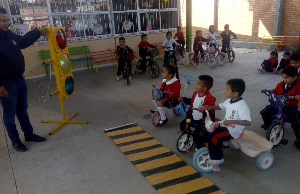 Con carritos y bicicletas simulan a conductores para enseñar educación vial en Zacatelco