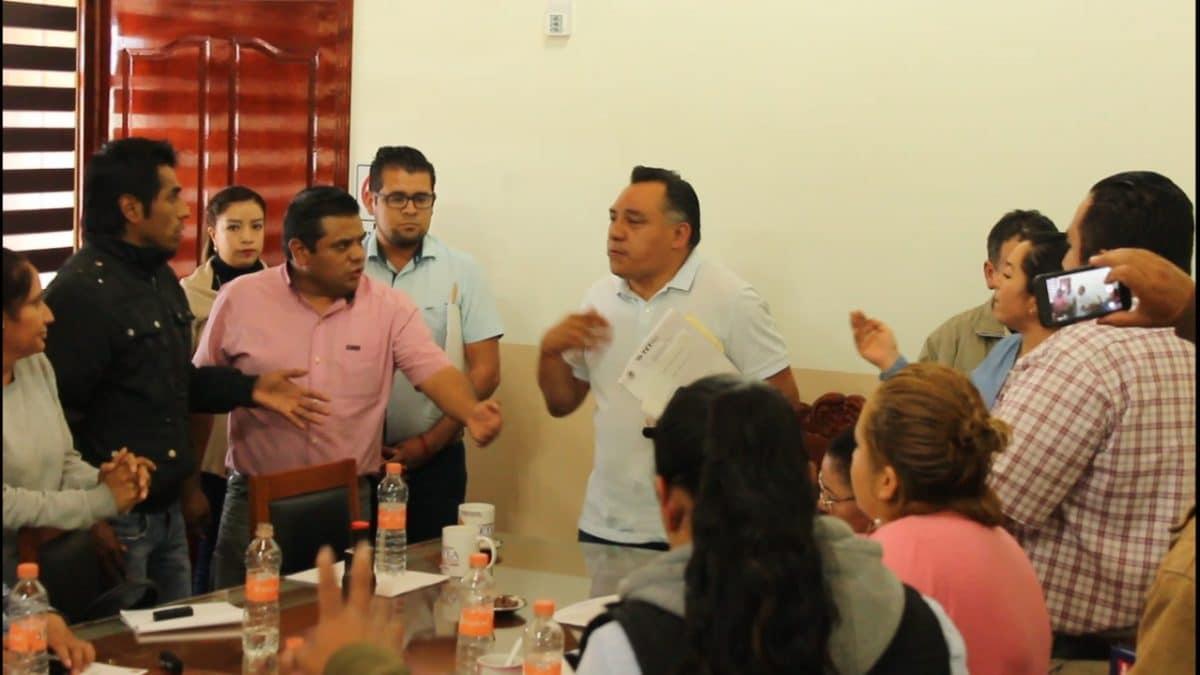 Pobladores de Tetla irrumpen cabildo para exigir transparencia y acciones de impacto en el municipio